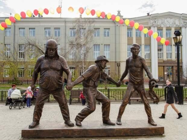 Памятник Леониду Гайдаю и героям из «Кавказской пленницы». / Фото: www.fishki.net