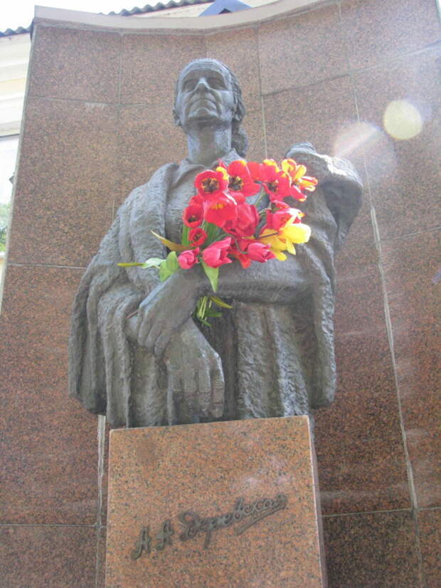 Памятник Александре Деревской. / Фото: www.polzam.ru
