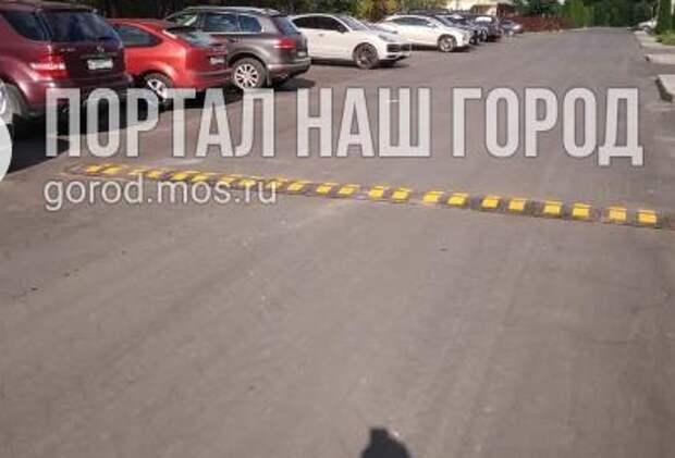 Во дворе на Юровской «лежачего полицейского» вернули на место
