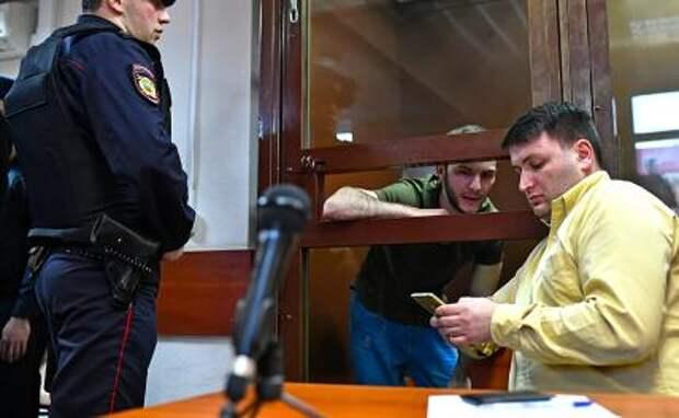 На фото: участник розыгрыша в метро Кароматулло Джаборов (второй слева) во время рассмотрения ходатайства следствия об избрании меры пресечения в Черемушкинском суде, 2020 год