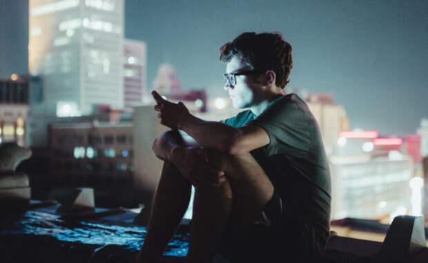 «Не можем оставаться наедине с собой и ждем одобрения». Как смартфон меняет наш внутренний мир