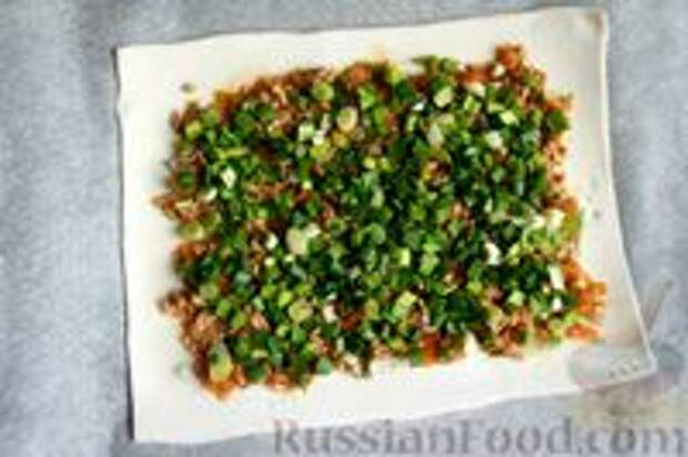 Фото приготовления рецепта: Слоёный пирог с килькой в томате - шаг №8