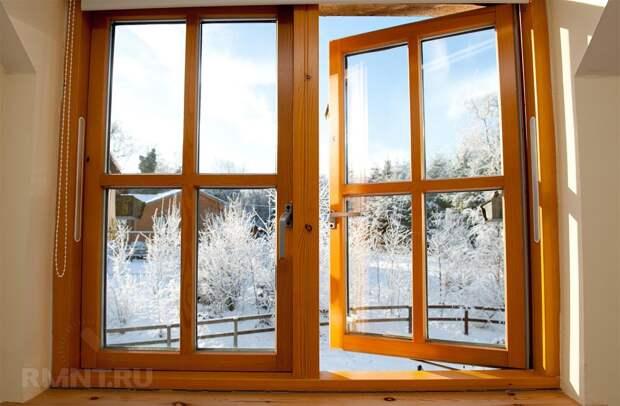 Деревянное окно в интерьере дома