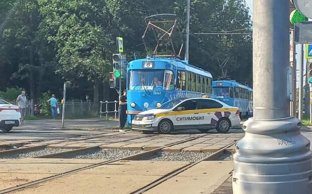 Таксист врезался в трамвай № 6, выехав на красный