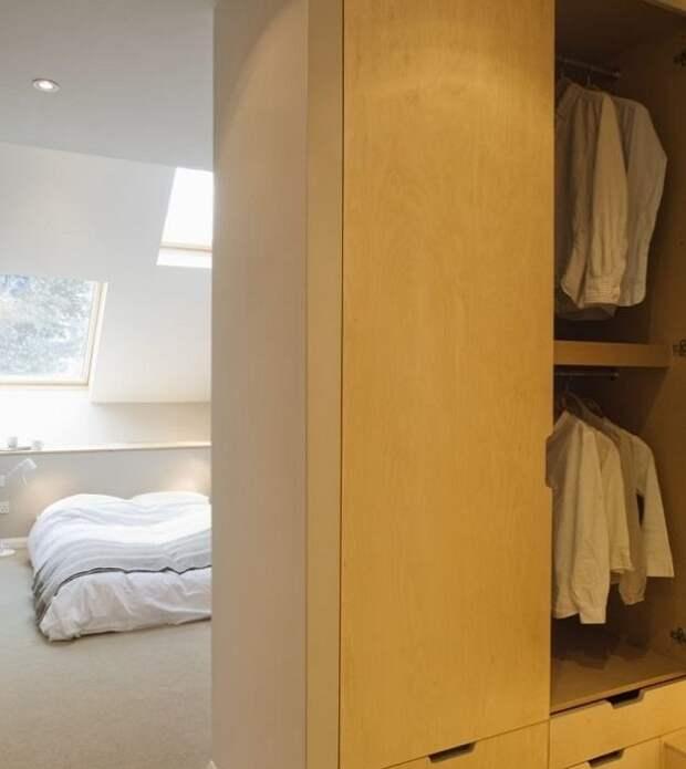 В спальне даже поместился большой платяной шкаф.