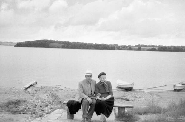 Двое на берегу озера Зарасас Неизвестный автор, 1 июня 1960 - 30 августа 1960 года, Литовская ССР, г. Зарасай, из архива Владимира Александровича Карлова.