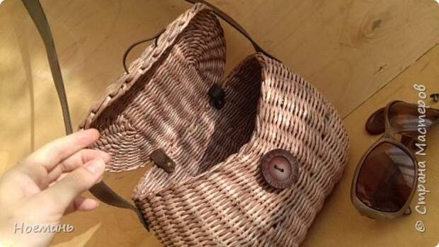 Вдохновившись работами Ольги Рыжковой(огромное ей спасибо за советы и секреты) , проштудировав все комментарии в контактах к ее сумочкам ,решила и я сделать себе подарок. Небольшой фото отчет о том, как это было. Добавлю еще, у меня ушло около 450 трубочек(полоса 7 см,спица 1,2мм.) высота сумочки с крышкой где-то 17 см. фото 29