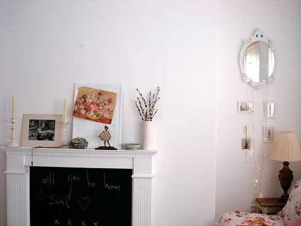 Фальш камин светло бежевого оттенка гармонирует с цветом стен