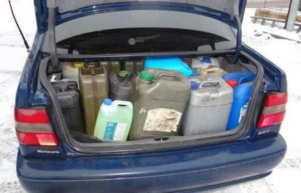 Инспектор ДПС хочет лишить прав за перевозку бензина в багажнике: законно ли подобное