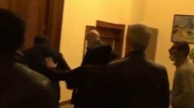 Протестующие в Ереване разнесли офис Джорджа Сороса