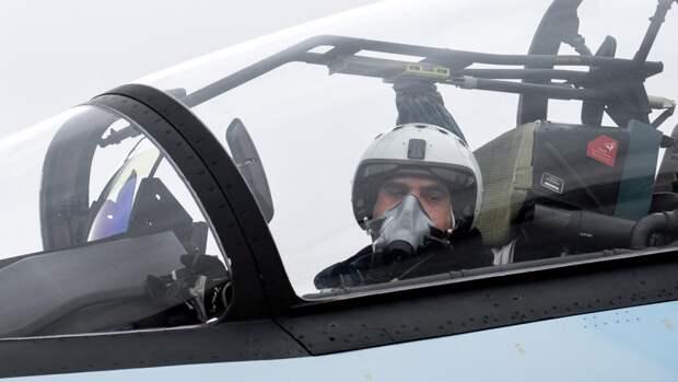 летчик в кабине многоцелевого истребителя Су-30СМ