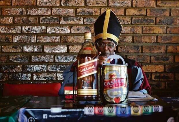 Священник основал новую церковь, где службы проходят с большим количеством алкоголя