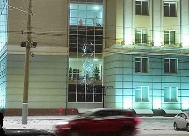 Голые мужчины в окнах правительства Удмуртии заставили чиновников объясняться