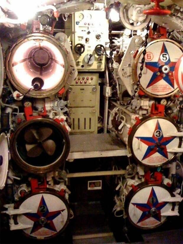 Интерьер советской подводной лодки Скорпион, которая находится на приколе в Лонг-Бич в Калифорнии, и является музеем армия, подводные лодки, флот