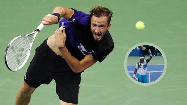 Американец Тиафо показал Медведеву средний палец после проигранного розыгрыша в матче US Open: видео