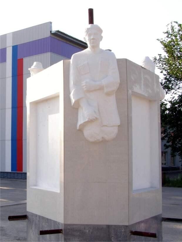 Памятник Трусу, Балбесу и Бывалому в селе Краснозерское. / Фото: www.ngs.ru