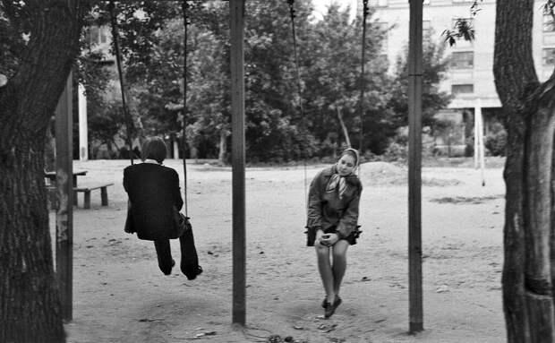 Двое на качелях Сергей Сухарев, май 1974 года, из архива Павла Сергеевича Сухарева.