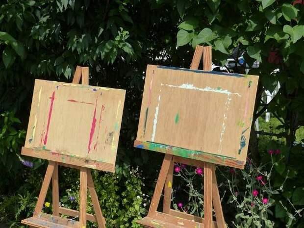 В Петербурге задержали художников на уличной выставке картин о репрессиях