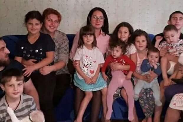 Наталья Крылова (в центре) и семья Кириченко