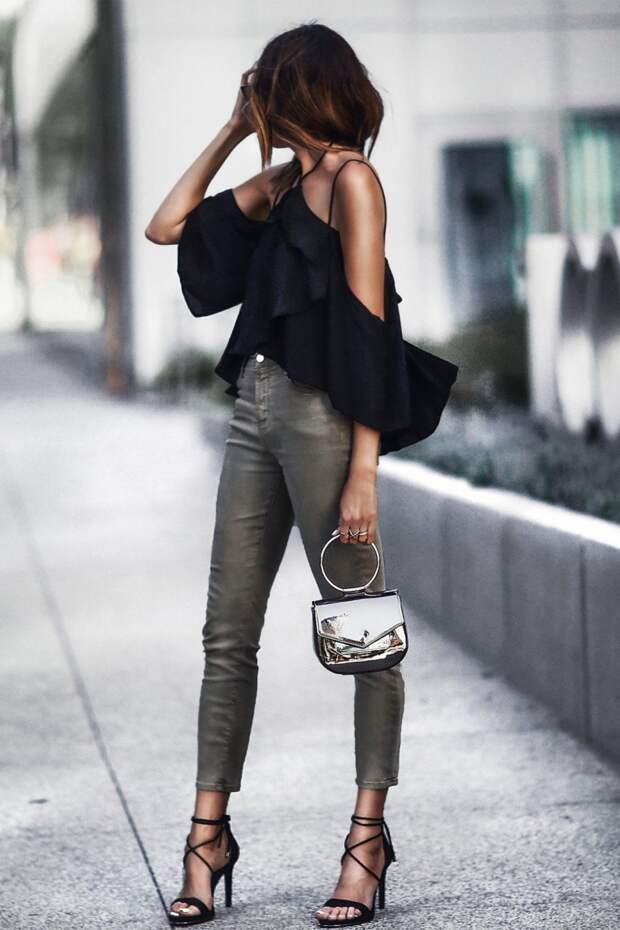 Девушка в черном топе с воланом