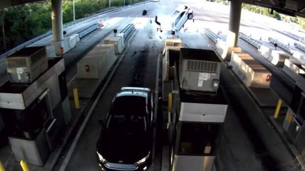 Обманул смерть: пассажир вылетел из машины при страшной аварии и выжил