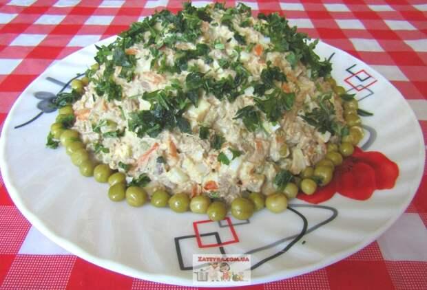 Салат с куриной печенью, яйцами и овощами