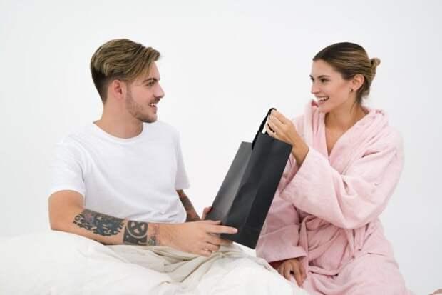 парень дарит девушке пакет с подарком