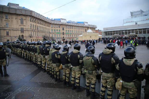 Полиция применила газ при разгоне протестующих в Петербурге