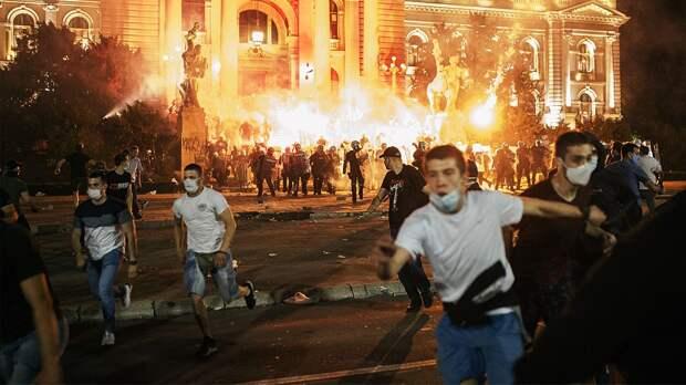 «В первую ночь была настоящая война». В Сербии фанаты вышли против власти и нового карантина