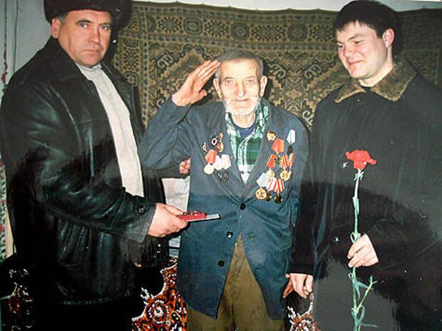 Депутат-беспредельщик Сергей Цапок (справа) поздравляет ветерана войны