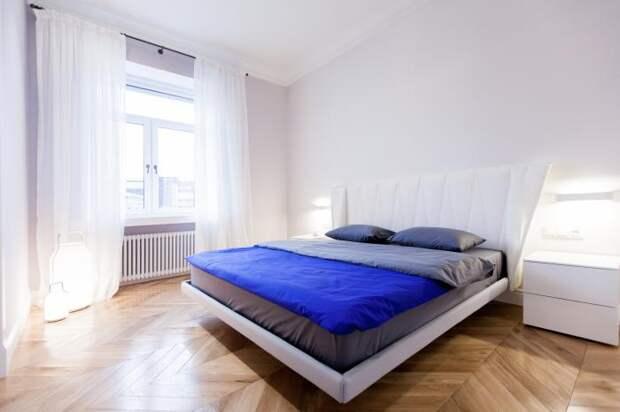 В спальне для блекаута на окнах добавили рулонную плотную штору.