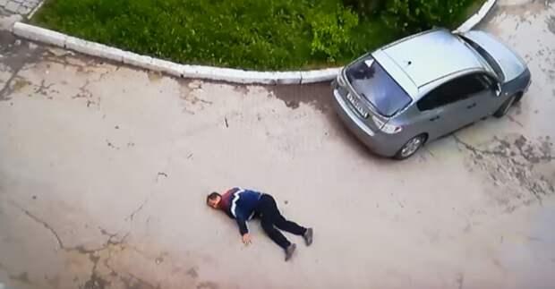 Шокирующие кадры: в Севастополе банда подростков жестоко избивает мужчину