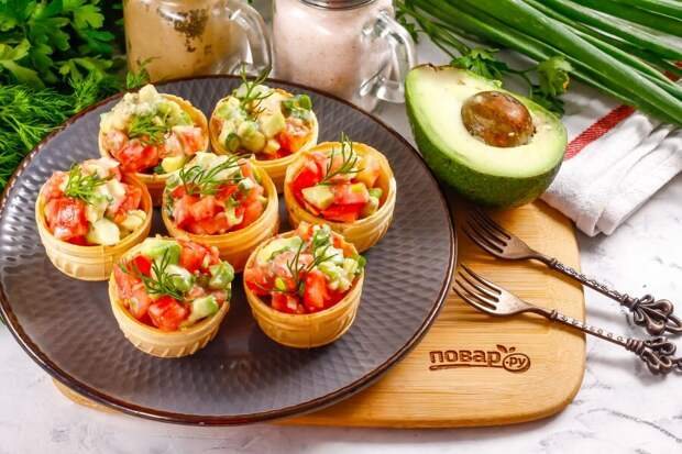 Тарталетки с авокадо и помидором