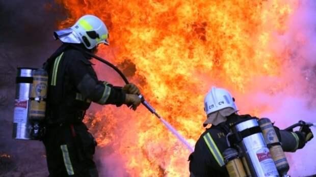 Два человека госпитализированы после пожара в жилом доме в Саратове