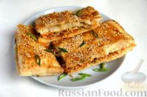 Фото приготовления рецепта: Слоёный пирог с килькой в томате - шаг №14