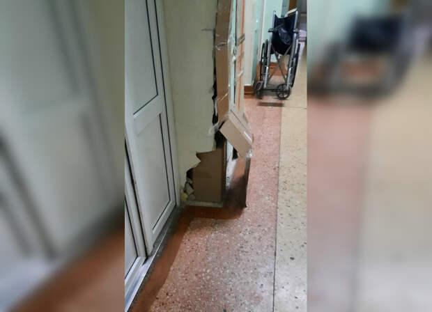 Стену в симферопольской больнице укрепили картоном и скотчем
