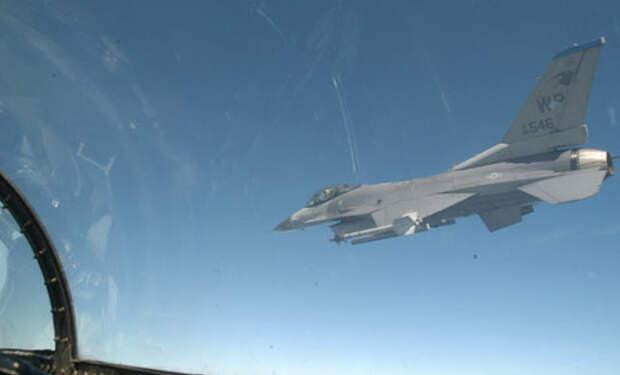 Очевидцы засняли схватку двух F16 с неопознанным объектом