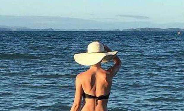 Женщину выставили из бассейна за смелый купальник