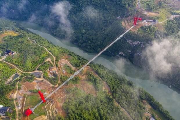 ВКитае открылся подвесной стеклянный мост исразу установил несколько мировых рекордов