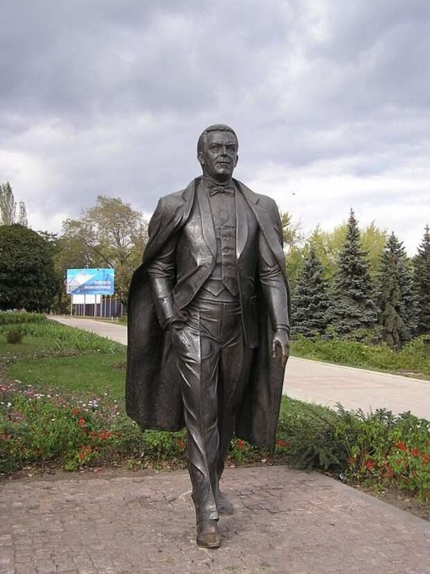 Памятник Иосифу Кобзону в Донецке. / Фото: www.twimg.com