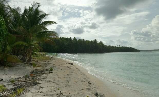 Белоснежный пляж одного из атоллов Тувалу