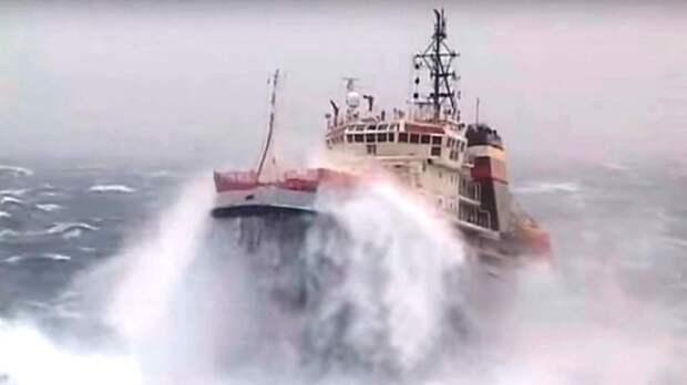 В Керченском проливе попал в жестокий шторм буксир