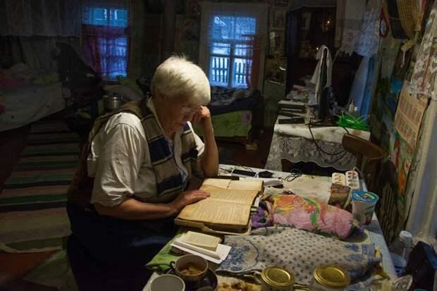 Если не получается сходить в церковь, она читает дома акафист и молится по книгам своей матери деревня, жизнь, жительница, история, псков, россия, фотография