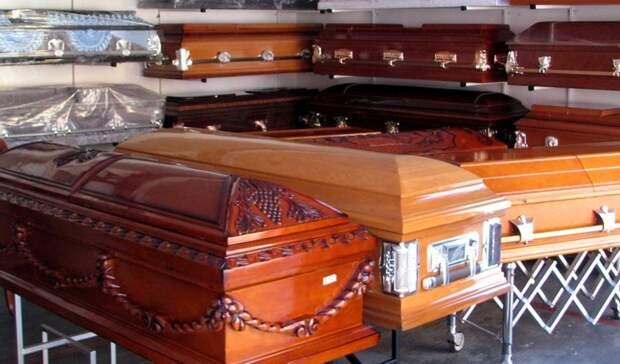 Гроб у мэрии и полуголый мужчина. Итоги дня в Свердловской области