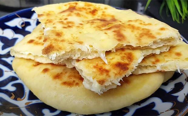 Хачапури всегда получаются сочно и тают во рту: добавили в тесто стакан кефира и ложку масла