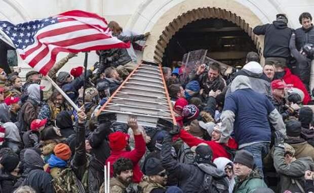 На фото: бунтовщики у здания Капитолия, 6 января 2021