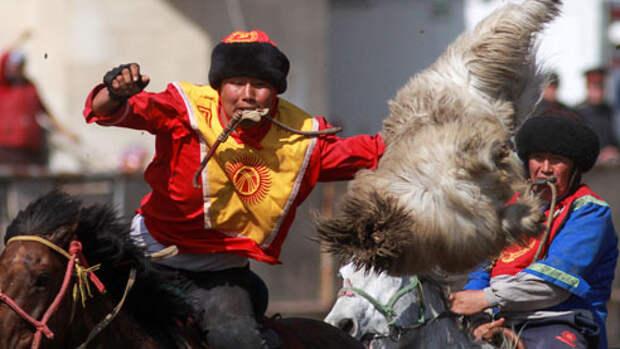 Кони, казаны и туша козла. Как играют в киргизскую Кок Бору