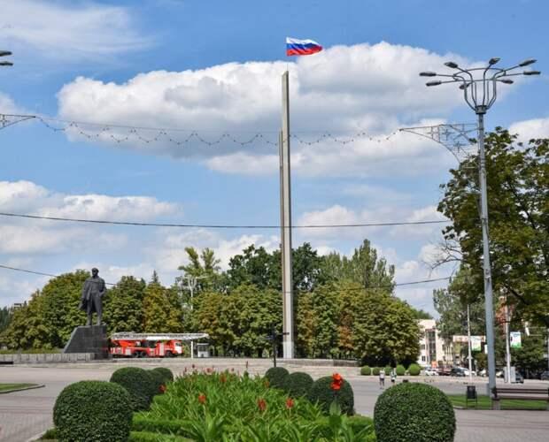 На главной площади Донецка обновили российский триколор