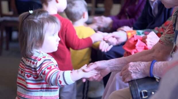 Дом престарелых совместили с детским садом. Получилось чудо!