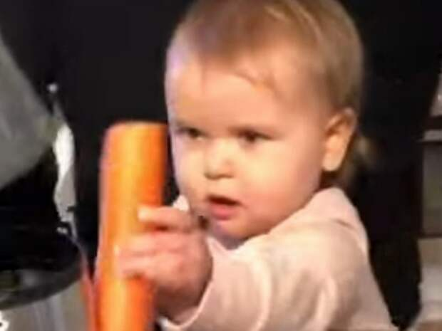 Малышка добавила в соковыжималку секретный ингредиент, рассмешив пользователей